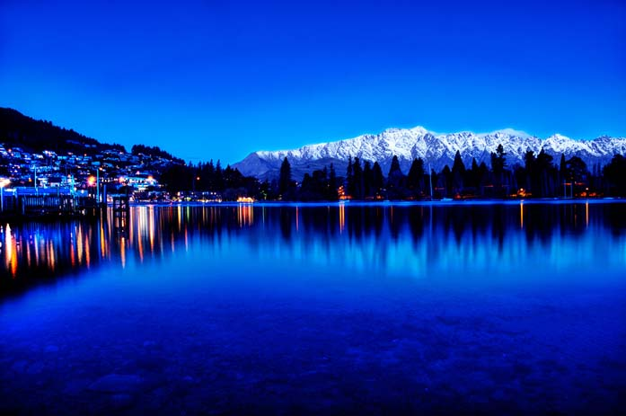 Queenstown shadowed by the snowy mountains in the distance. Photo by Sprengben, flickr