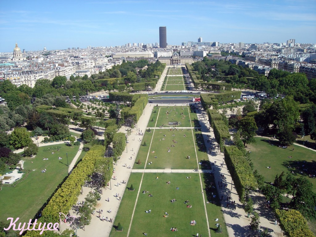 10 free things to do in Paris: Champ de Mars. Photo by Kyttyee, flickr