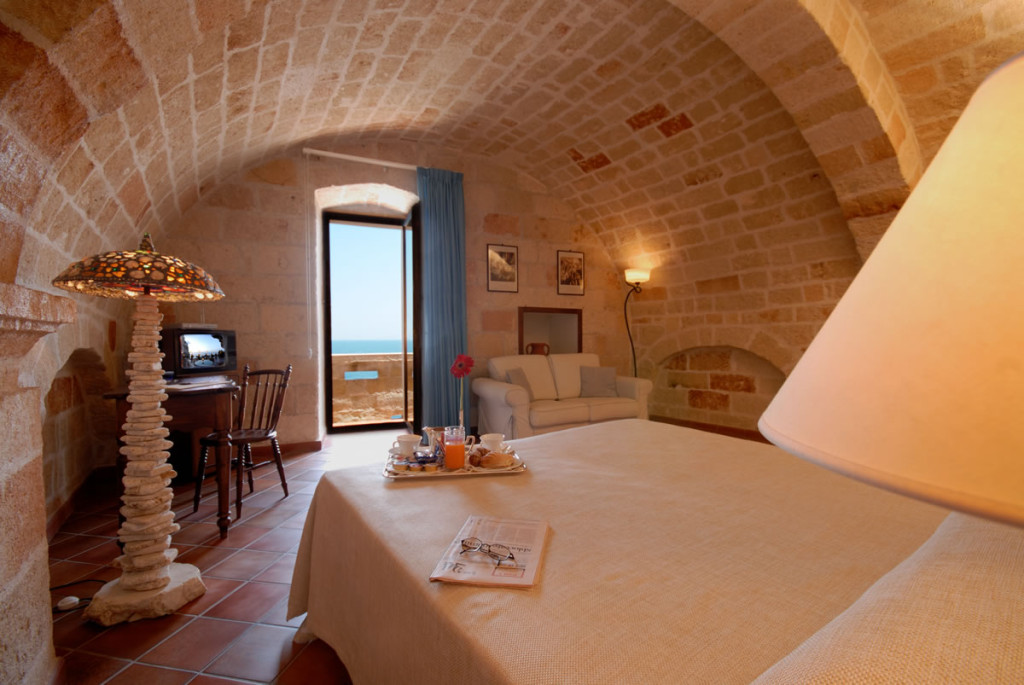 A double room with a balcony. Photo from www.ricevimentipuglia.it