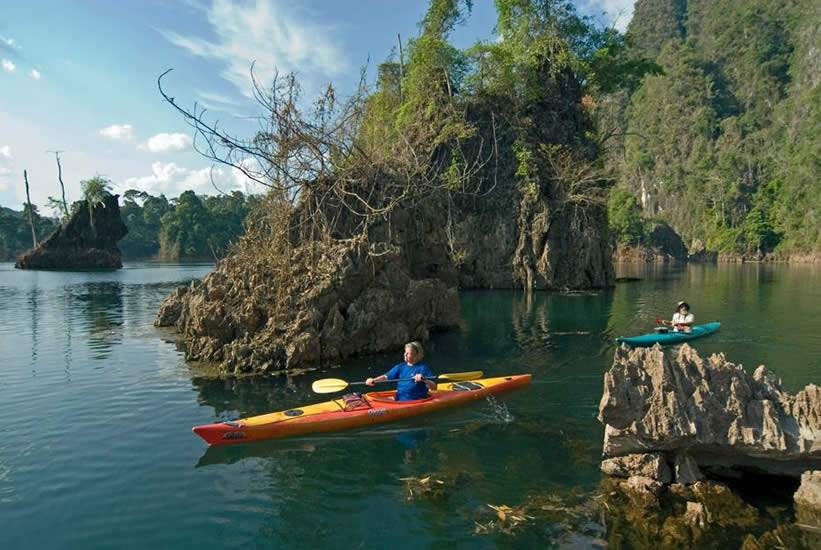 Khao Sok National Park: Explore the lake in a kayak. Photo by thairland-adventure.com