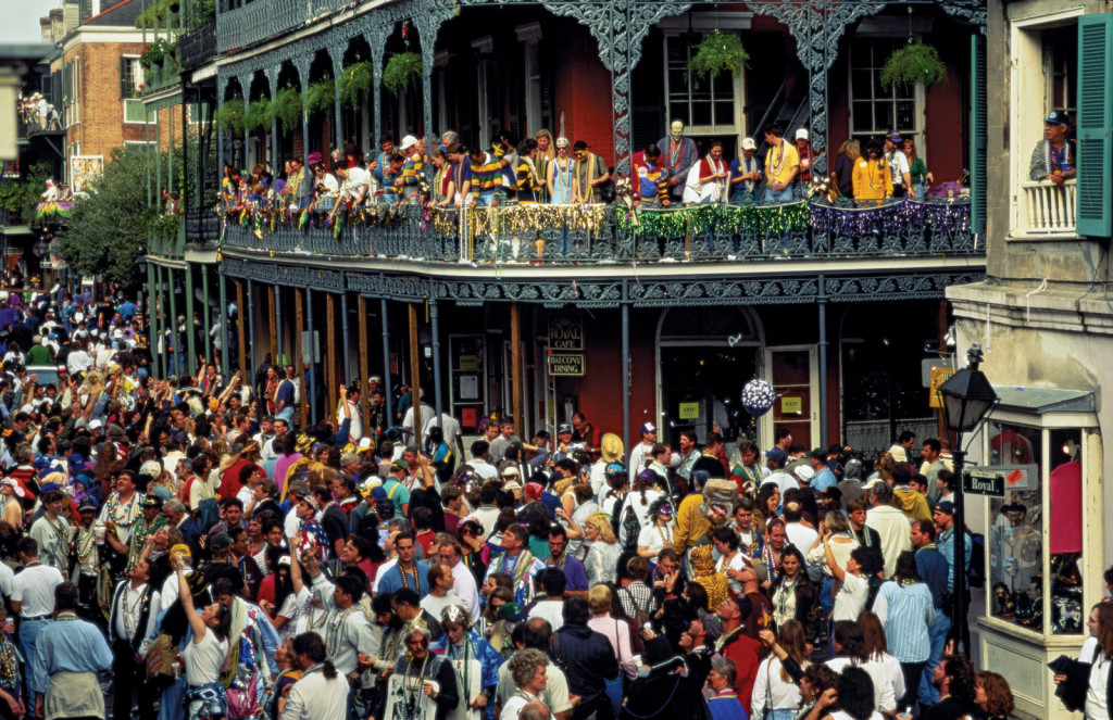 Guide on celebrating Mardi Gras in New Orleans: Thousands gather for the Mardi Gras parade. Photo by students.lsu.edu