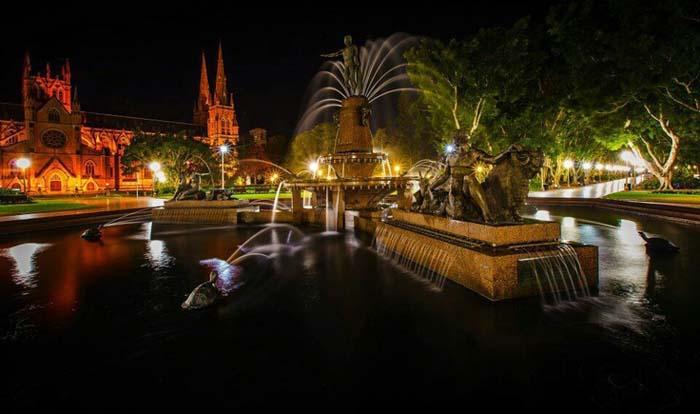Hyde Park by night, Photo by Kimberly Shobe, Pinterest