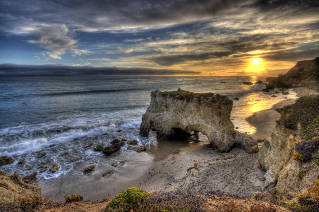 El Matador Beach. Photo by staticflickr.com