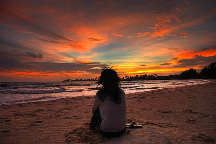 Snuggle up and watch the sunset on the beach. Photo by tumblr.com