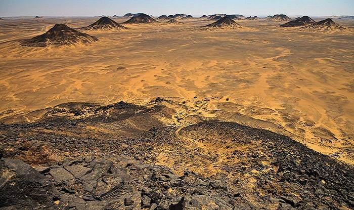 A view of the Black Desert region of the Egyptian Sahara. Photo by Peng Jun Jason, Flickr