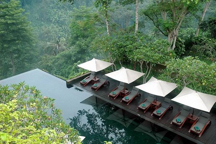 All of the pools at Hanging Gardens are located in thick jungle. Photo via easytotravel.co.in