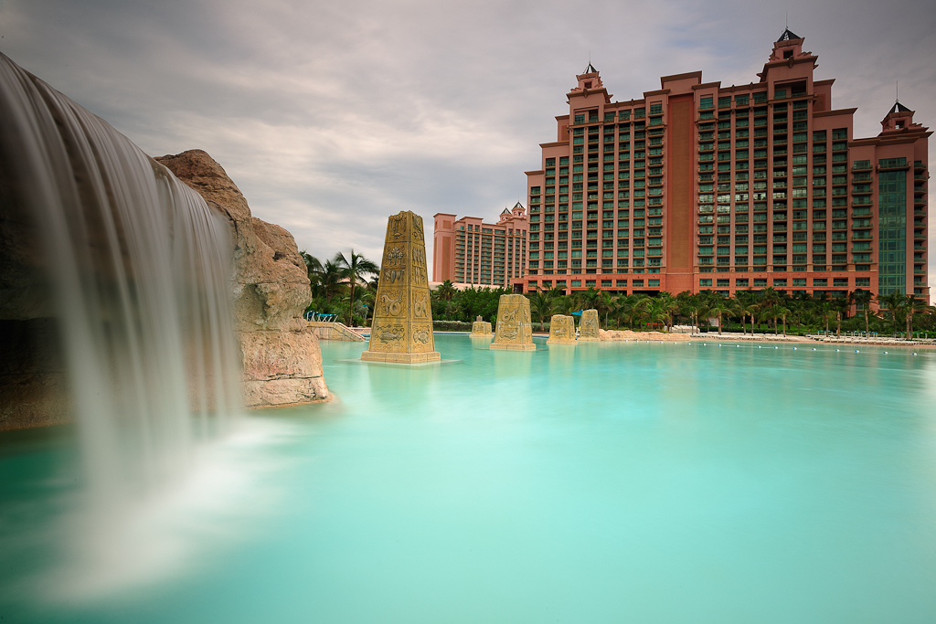 8 The Atlantis Towers are home to The Cove resort, with 12 pools in total for guests to enjoy. Photo by johopo, flickr