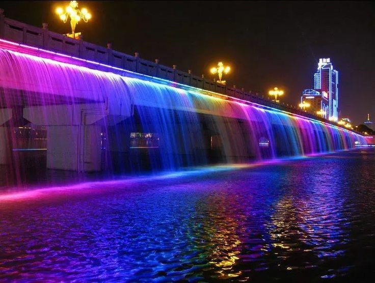 The colourful Banpo Bridge in Seoul, South Korea. Photo by Catarina Tavicenko, Pinterest