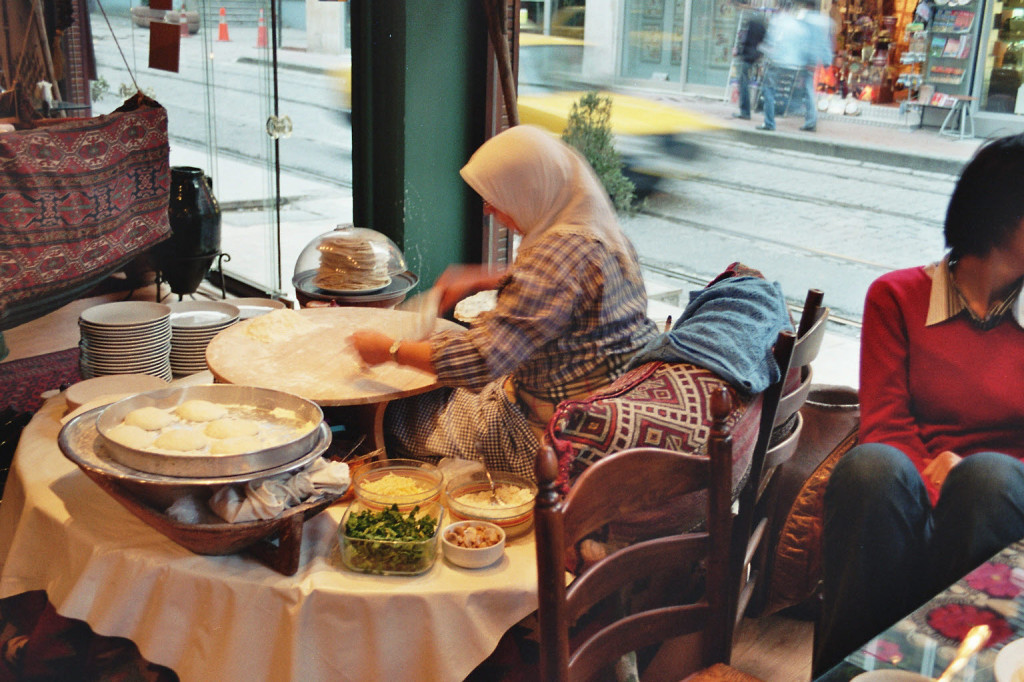 Making pancakes in a restaurant in Istanbul. Photo by wikimedia.org