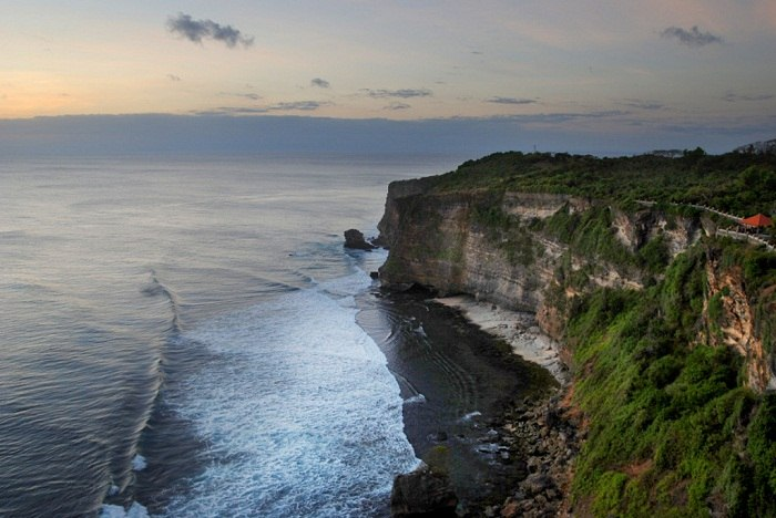 The spectacular cliffs of Uluwatu in the Bukit area. Photo by William Cho, Flickr