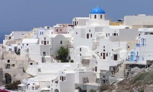 The beautiful whitewashed walls of Santorini. Photo by Wikipedia.org