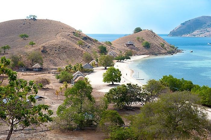 Seraya is just one of the untouched small islands that lie off the coast of Flores. Photo by Ka