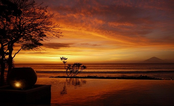 Sunset from an infinity pool in Lombok. Photo by Tim Willcox, flickr