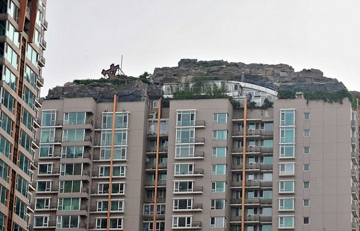 A man in China spent years building a mountain villa on top of an apartment complex. Photo by businessinsider.com