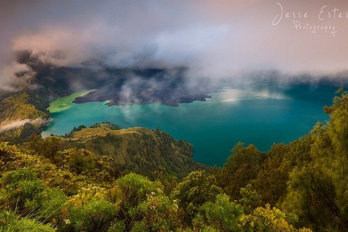 Low hanging fog over the crater on Mount Rinjani. Photo by Jesse Estes, flickr