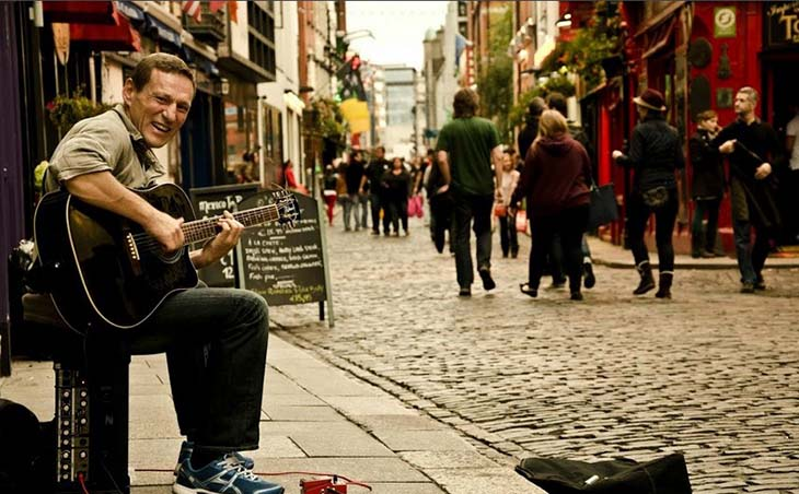 Busker performs outside the Temple Bar in Dublin. Photo by Diego Alves