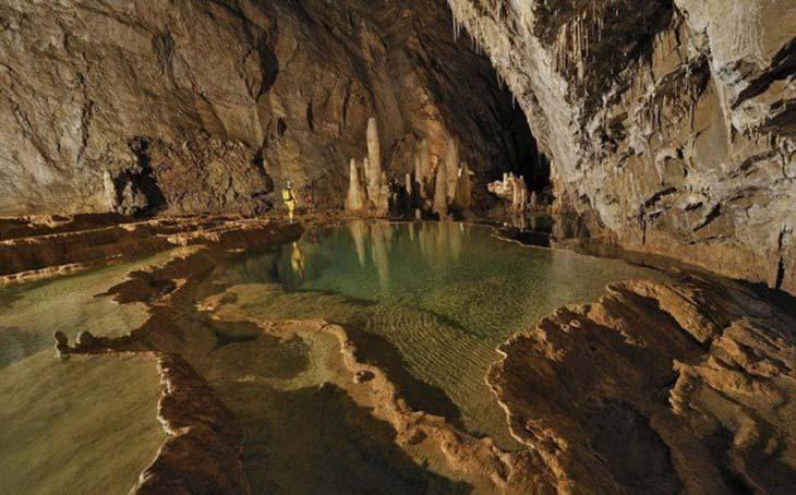 The Chorance Cave in France is a massive water cut cave. Топ-10 самых интересных пещер во Франции, Топ-10 самых красивых пещер во Франции
