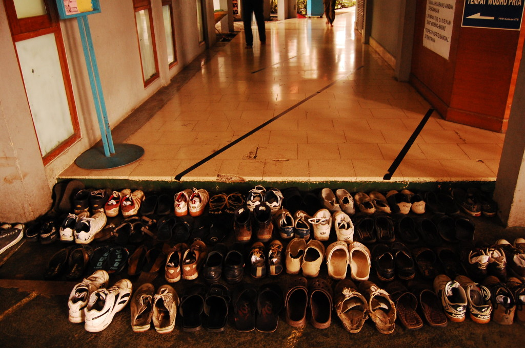 Lines of shoes outside a Mosque in Badung, Indonesida. Photo by Ikhlasul Amal, Flickr