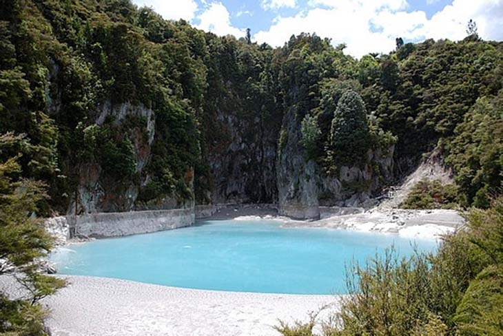 One of the many hot water springs of Rotorua