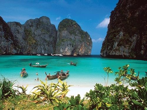 Phi Phi Don Beach has got idyllic scenery. Photo via travelinthailand