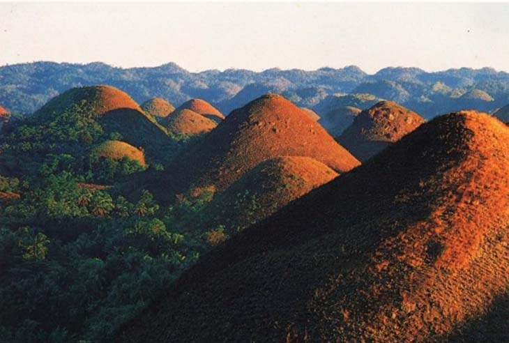 The sunlight over the Chocolate Hills. Photo via paradiseintheworld