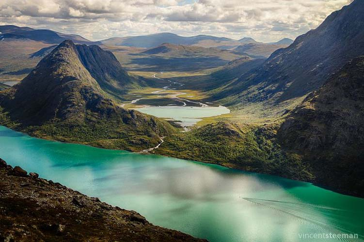 The Gjende Lake and stretching mountain landscape. Photo via whitelinehotels