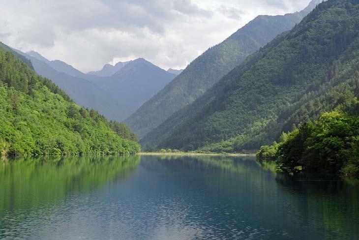 The river that flows through Jiuzhai Park. Photo by J T via flickr