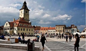 The Brasov town Square encapsulates the Baroque architecture that still strongly permeates the city. Photo via www.flickr.com